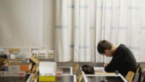 Koululainen kirjoittaa muistiinpanoja.