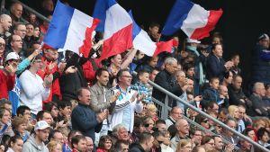 Ranskan fanit juhlatuulella.
