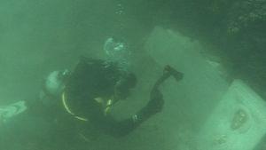 Sukeltaja vedenalaisella kappelilla.