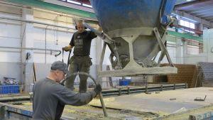 Miehiä töissä YBT:n tehtaalla Ylitorniolla.