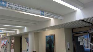Osastoille ohjaavia kylttejä keskussairaalassa.