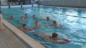Lapset uivat uima-altaassa.