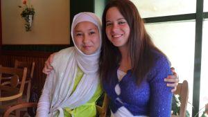 Iranista kotoisin oleva Fereshte Khodadadi ja espanjalainen vapaaehtoistyöntekijä Elena Infante.