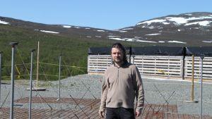 Havaintopäällikkö Thomas Ulich esittelee radioteleskooppia, joka koostuu noin tuhannesta erillisestä antennista, uudella havaintoasemalla Kilpisjärvellä 5. kesäkuuta 2013.