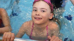 7-vuotias Seela Salokangas on vanha vesipeto. Hän nimittäin ui äitinsä mukaan ensi kerran jo kolmekuutisena vauvauinnissa