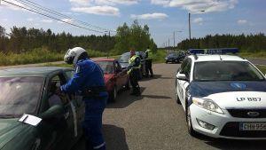 Poliisi puhalluttaa autoilijoita