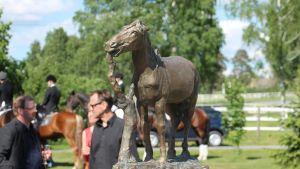 Emil Cedercreutzin hevosaiheinen pronssiveiston graniittijalustalla