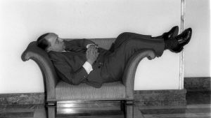 Veikko Vennamo nukkuu eduskunnan käytävän nojatuolissa joulukuussa 1977. Veikko Vennamon 100-vuotisjuhlaa vietetään Savossa 9. kesäkuuta 2013.