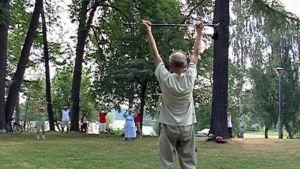 Ikäihmiset jumppaavat puistossa.