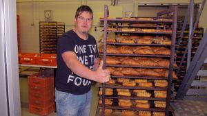 Kuvassa on leipuri Jari Viljamaa pasteija- ja kroisanttikärryn kanssa