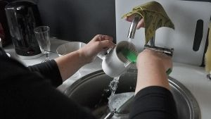 Nainen tiskaamassa.