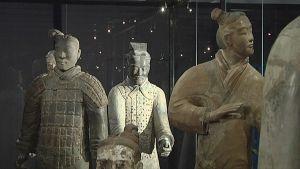 Terrakotta-armeijan sotilaita vitriinissä.