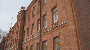Kasarmirakennuksen punatiilinen seinä.