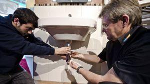 Andreas Feucht opastaa putkitöissä espanjalaista Jon Serranoa.