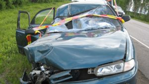 Vauhdissa kuorma-auton perään törmännyt auto vaurioitui pahoin.
