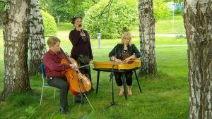 Kansanmusiikkia soittava trio EVA.