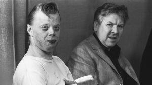 Näyttelijät Vesa-Matti Loiri (oik.) ja Pentti Siimes Uuno Turhapuro -elokuvan kuvauksissa vuonna 1970.