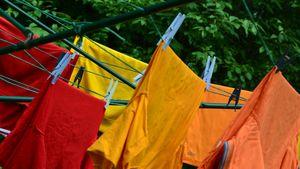 Värikästä pyykkiä kuivumassa ulkona narulla.