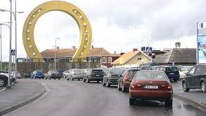 Autoja jonottamassa Tuurin kyläkauppaan.