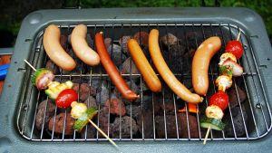 Makkaroita ja kasvisvartaita grillissä.