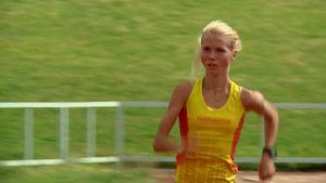 Juoksija Oona Kettunen harjoittelee.