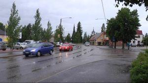 Jalasjärven keskustan kylänraitti kesällä sateessa