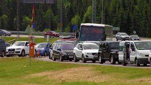 Venäläisiä tulossa Suomeen Nuijamaalla.