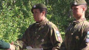 Vänrikki Joshua Moorrees ja kersantti Jesse Kallio kotiutumistapahtumassa Pohjois-Karjalan Prikaatissa.