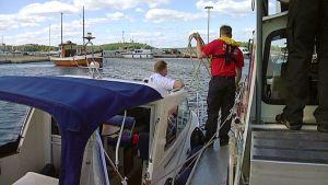 Meripelastusvene Willimies auttaa veneilijän rantaan.