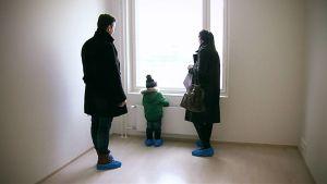 Perhe asuntonäytössä