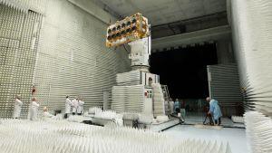 O3b:n työntekijät testaavat yhtiön satelliitteja.