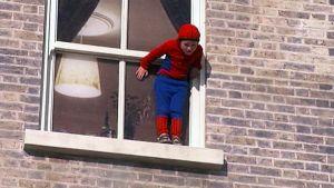 Pikkupoika pukeutuneena Hämähäkkimieheksi