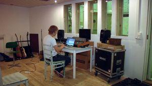 Kotkalainen Teemu Aalto miksaa tekeillä olevaa levyä studiossaan.