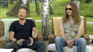 Amorphis-yhtyeen kitaristi Esa Holopainen (vas.) ja basisti Niclas Etelävuori.
