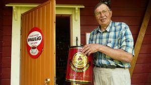 Jussi Korhonen kahvimuseon ovella