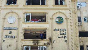 Mielenosoittajat valtasivat Muslimiveljeskunnan päämajan Kairossa 1. heinäkuuta 2013.