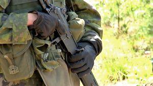 Varusmies pitelee rynnäkkökivääriä.