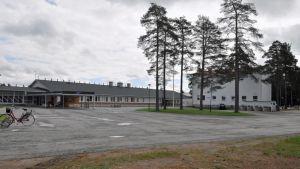 Pellon yläkoulu, oikealla vanha hirsinen koulurakennus