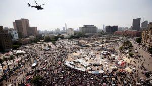 Mielenosoittajat kokoontuvat Kairon Tahririn aukiolla Egyptissä.