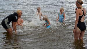 Petra Korhonen (vas.) tutustuttaa lapsia veteen yhdessä Laura Korhosen kanssa.