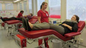 Kuvassa verenluovutustilanne
