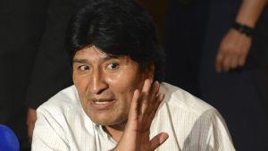 Bolivian presidentti Evo Morales median haastattelema Wienin lentokentällä 3. heinäkuuta 2013.