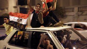 Egyptiläiset juhlivat Kairossa.