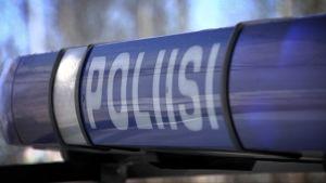 Poliisin tunnus auton katolla.