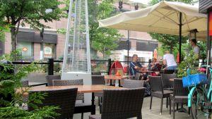 Kuvassa ihmisiä ravintolan terassilla