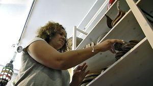 Riham Lotfy järjestelee puotinsa käsityötuotteita.