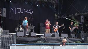 Nicumo tekee soundcheckiä esiintymislavalla