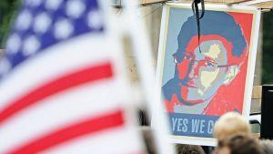 Snowdenia kuvaava kyltti ja Yhdysvaltain lippu.