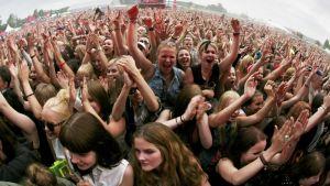 Yleisöä Hurts-yhtyeen keikalla.