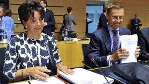 Saksan valtiovarainministeriön valtiosihteeri Anne Ruth Herkes ja Suomen ulkomaankauppaministeri Alexander Stubb EU:n kauppaministereiden kokouksessa.